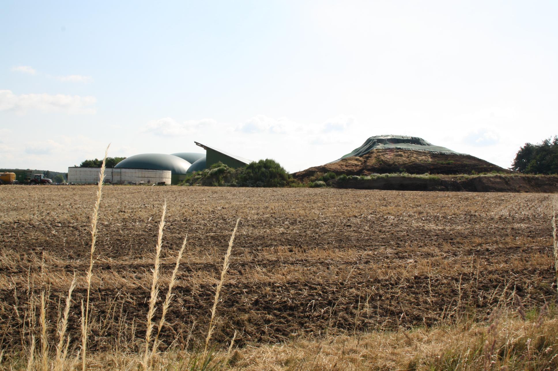 Die Biogasanlage westlich Kairlindach: Die Siloplatte für die Substrat-Lagerung (rechts) soll Richtung Grabenrand im Vordergrund verlängert, die Höhe gemindert werden. Zu den inzwischen fünf Gärbottichen werden weitere hinzu kommen, auch die Halle wird verlängert.