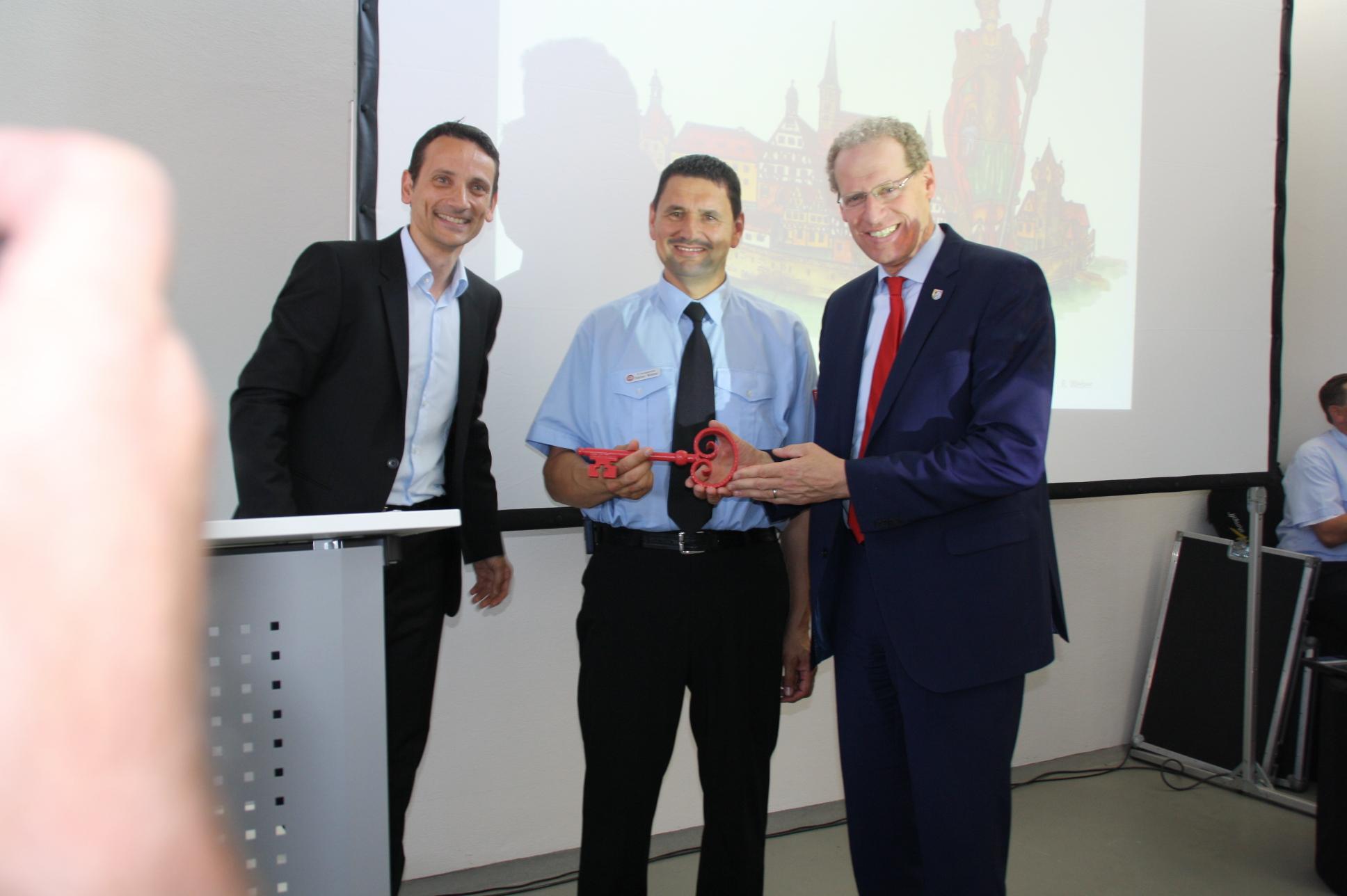 Freude bei der Schlüsselübergabe (von links): Architekt Ralf Hain, Kommandant Rainer Weber, Bürgermeister German Hacker.