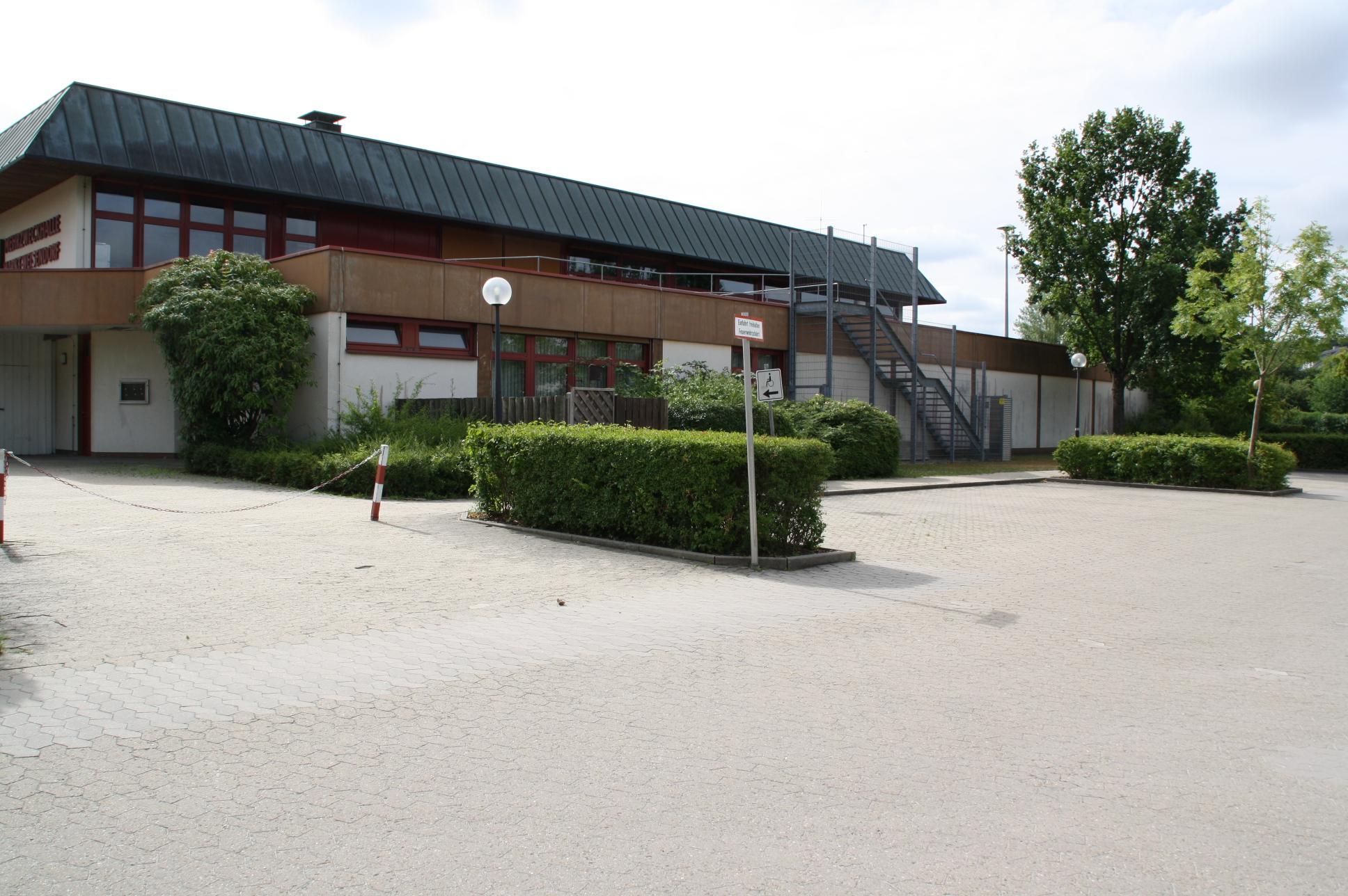 Ein Blick auf die Mehrzweckhalle, die dringend mehr Parkraum benötigt.
