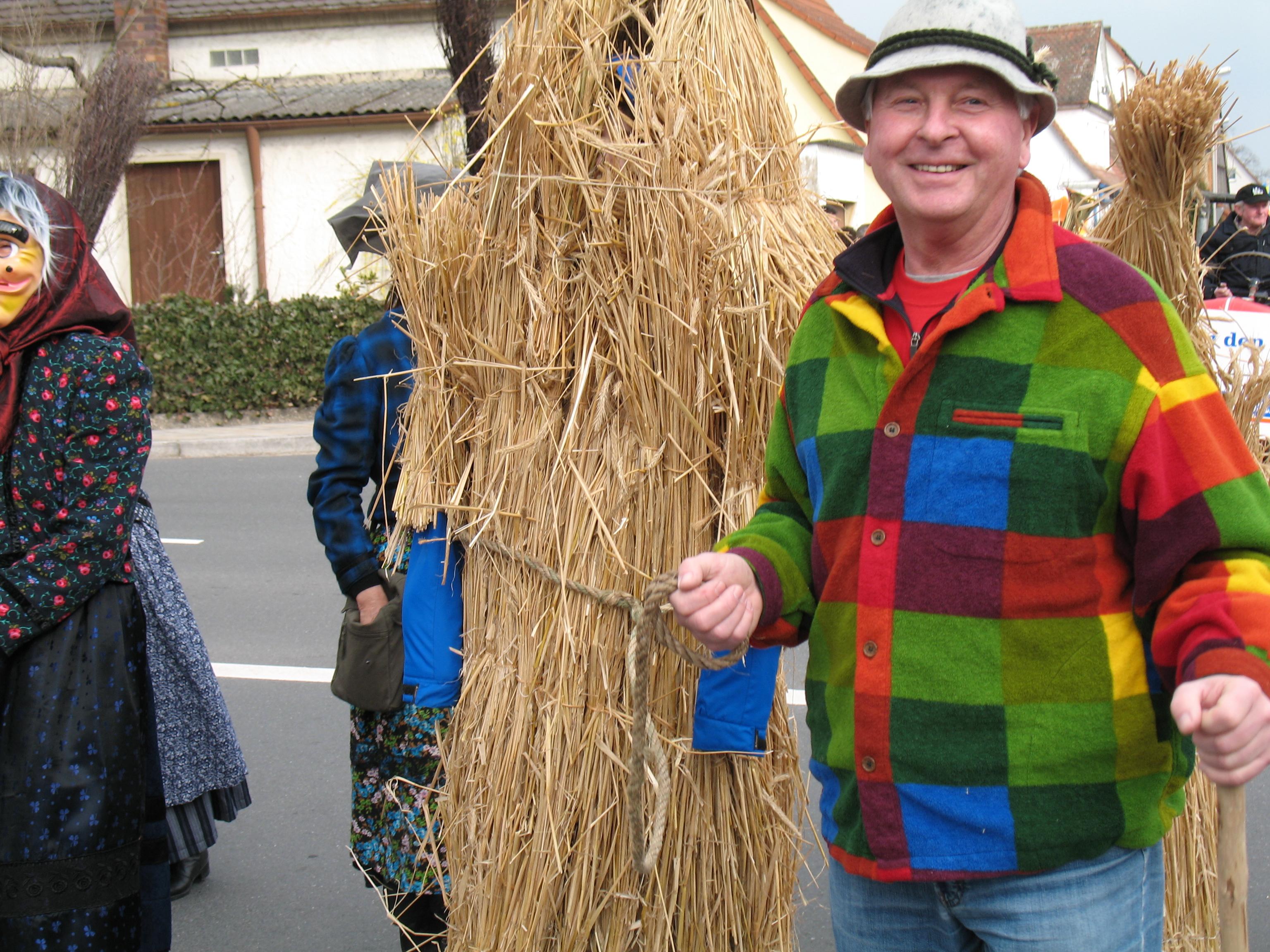 Seit über 30 Jahren zieht Reinhold Burkart nach altem fränkischem Brauch die Strohbären an und treibt dann einen beim Faschingszug durchs Dorf.