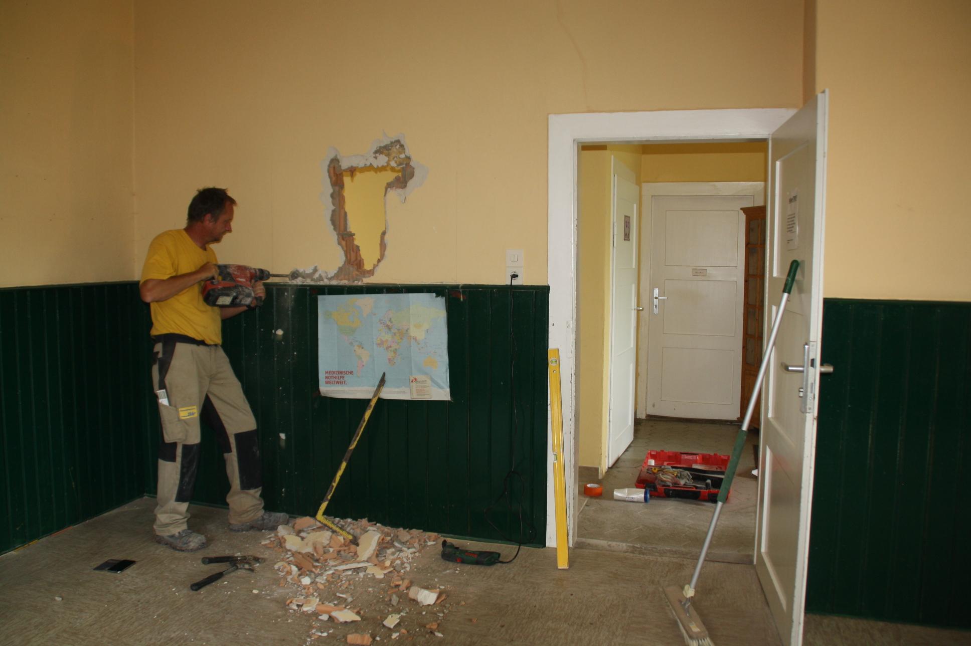 Erste Arbeiten zum Umbau im Saal: Durchbruch einer zweiten Tür aus dem späteren Gruppenraum hinaus in den Verbindungsgang.