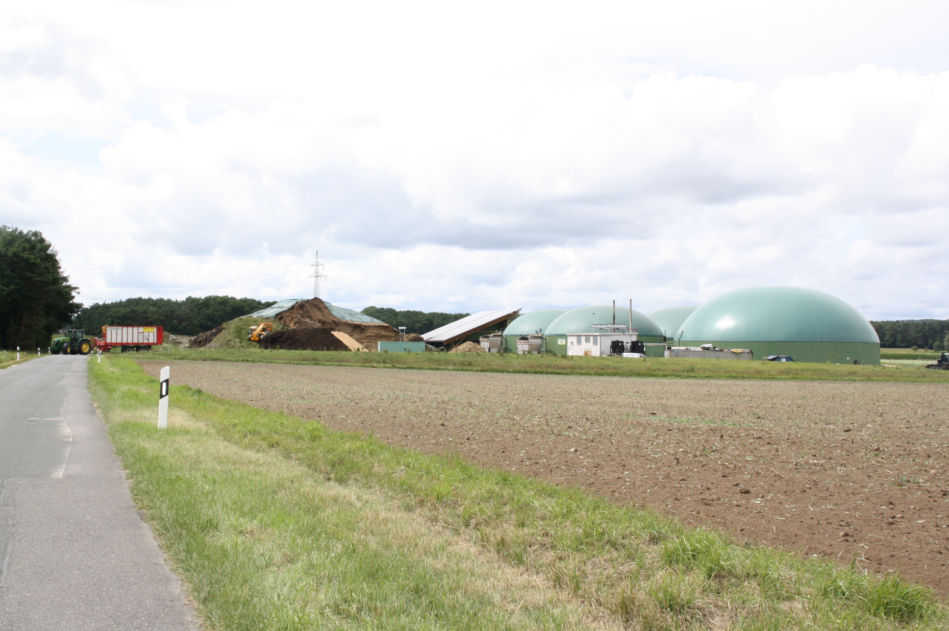 Sie prägt das Landschaftsbild bei Kairlindach: die Biogasanlage.