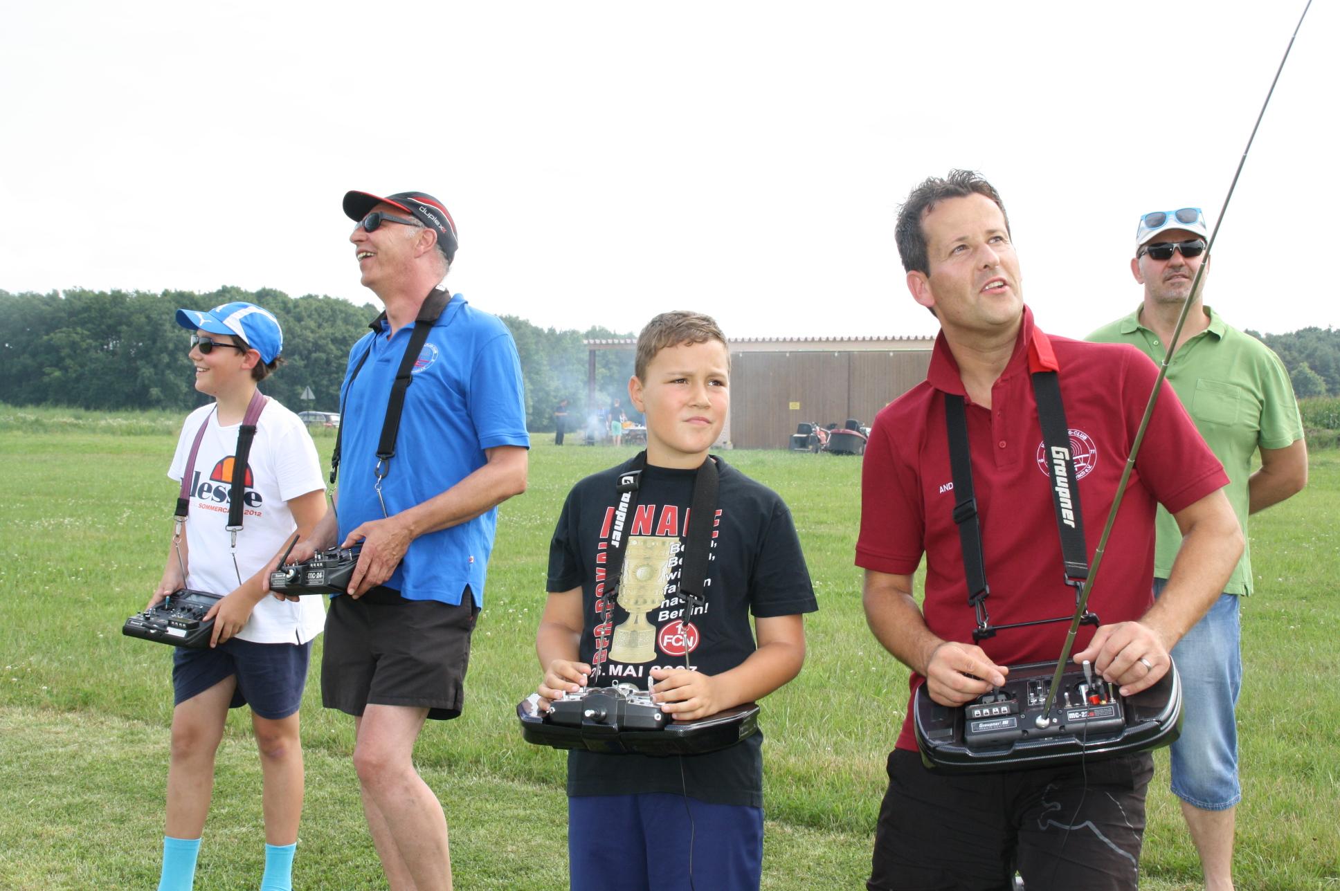 Christian (links) und Nico (rechts) lassen begeistert und jeweils unter Aufsicht eines Fluglehrers die Modellflieger flitzen.