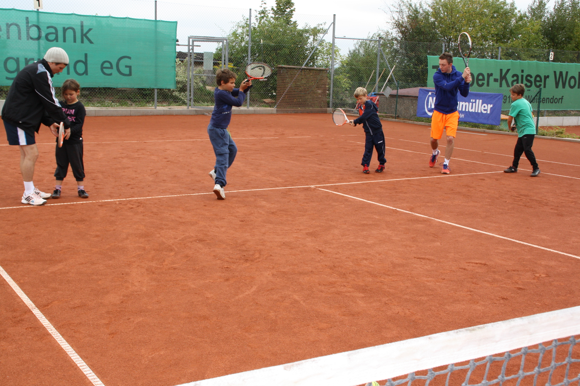 Mit viel Freude bei der Sache: die Teilnehmer am Tennis-Schnupperkurs.