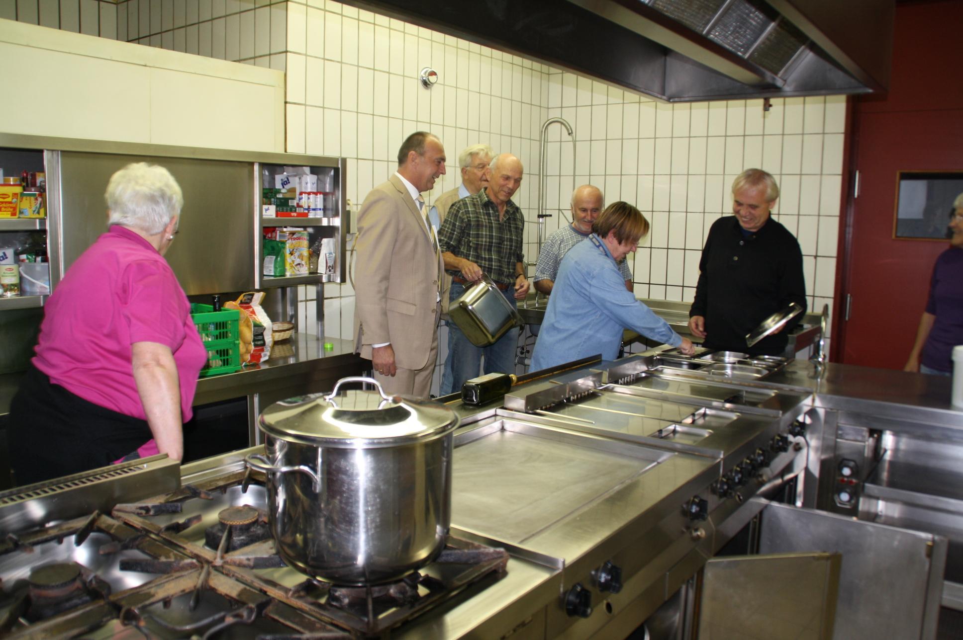 """Die Küche der """"Bürgerstuben"""" in der Mehrzweckhalle erstrahlt schon in neuem Glanz. Deshalb übten sich Seniorenbeirat und Vertreter des Projekts Mehrgenerationenhaus gleich mal beim Probekochen."""