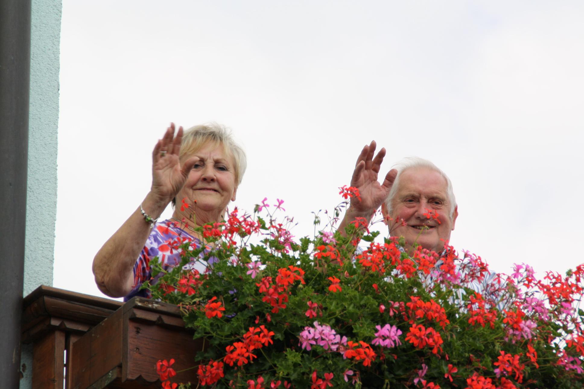 Gretl Trebisch und ihr Mann Richard winken an der Kirchweih den Ortsburschen zu.