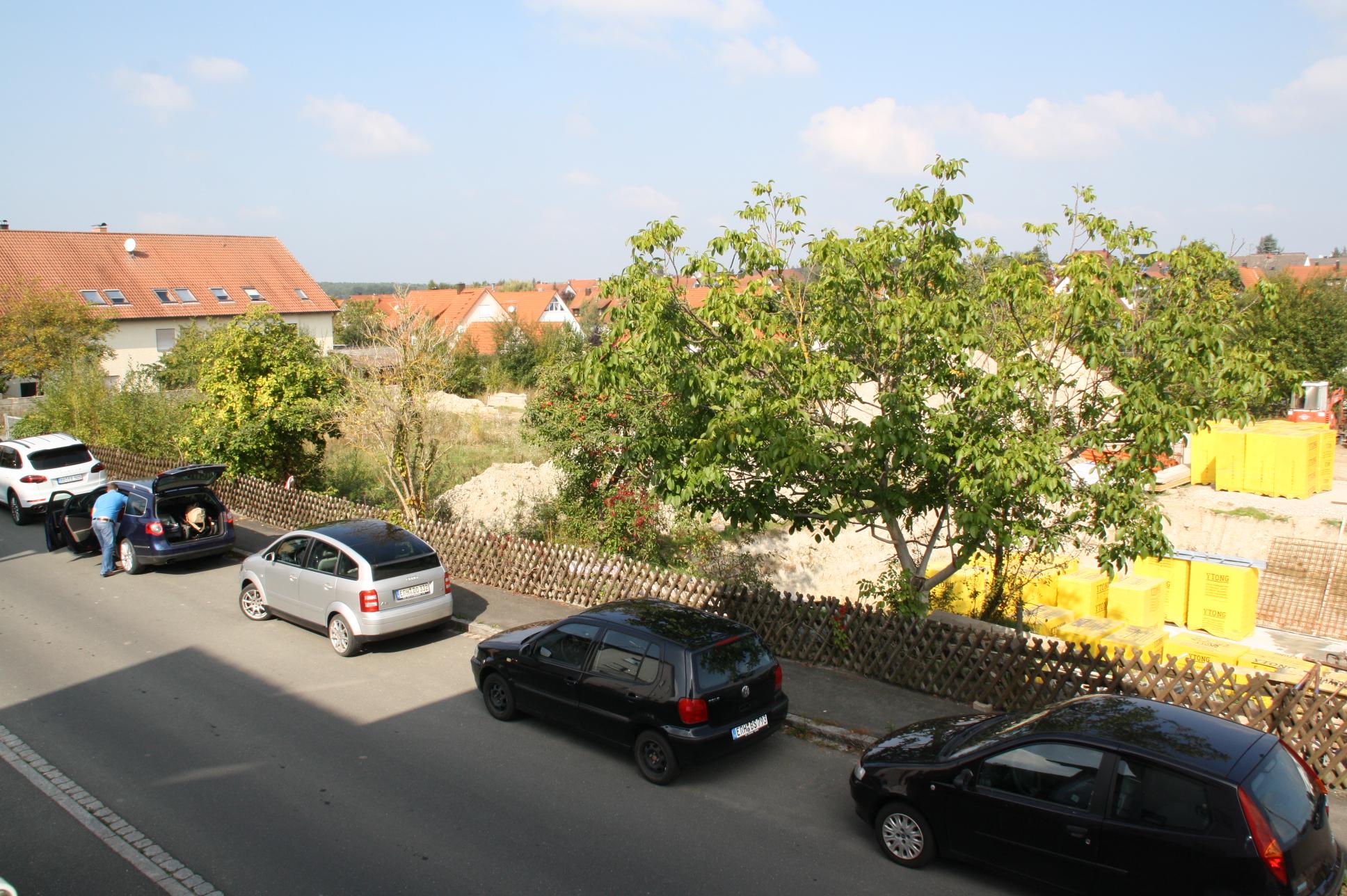 Links vorne das Areal, wo ein Doppelhaus mit vier Wohnungen und acht Stellplätzen geplant ist. Rechts daneben - dazwischen soll die Zufahrt zum Wohngebiet Marienbader Straße entstehen, ist bereits die Bodenplatte für ein Doppelhaus mit zwei Wohnungen gegossen.