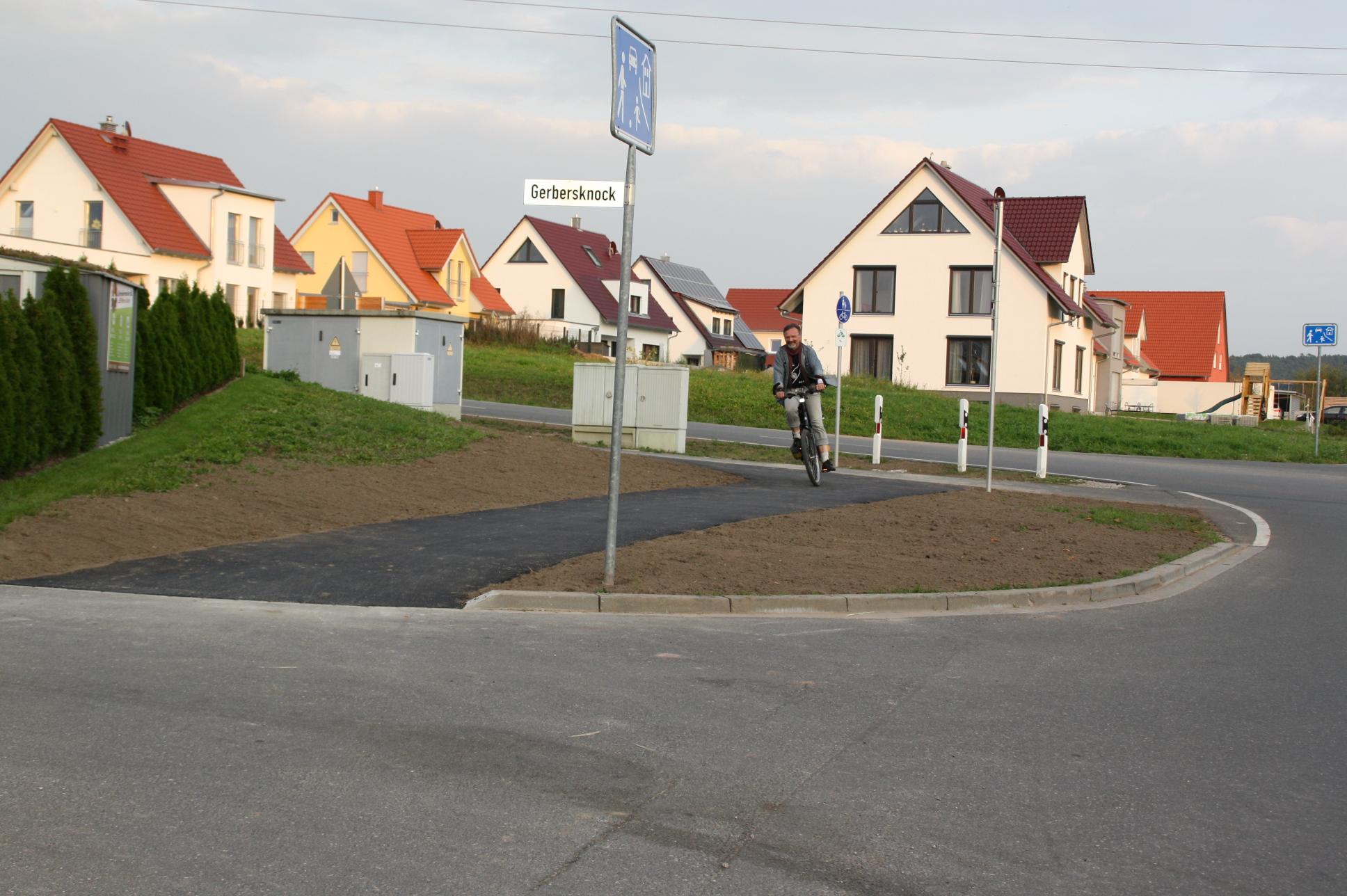 Das gefährliche Ende des Fahrradwegs in der Gerbersleite hat einen neuen, sicheren Abzweig bekommen.