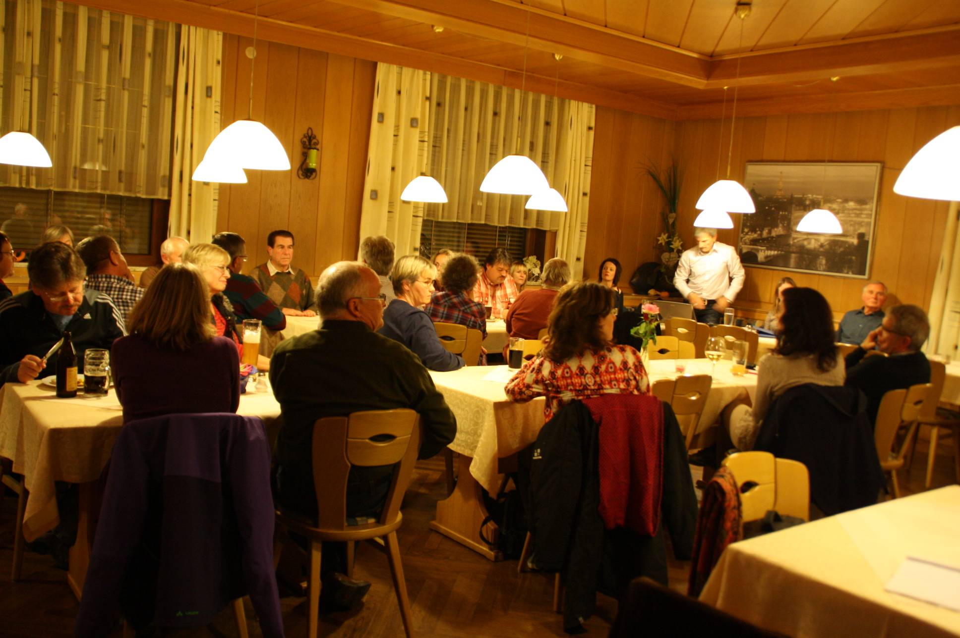 Bei der jüngsten Versammlung waren wieder viele Bürger anwesend, die sich über die Windräder bei Rezelsdorf informieren und ihren Widerstand dagegen formulieren wollten.