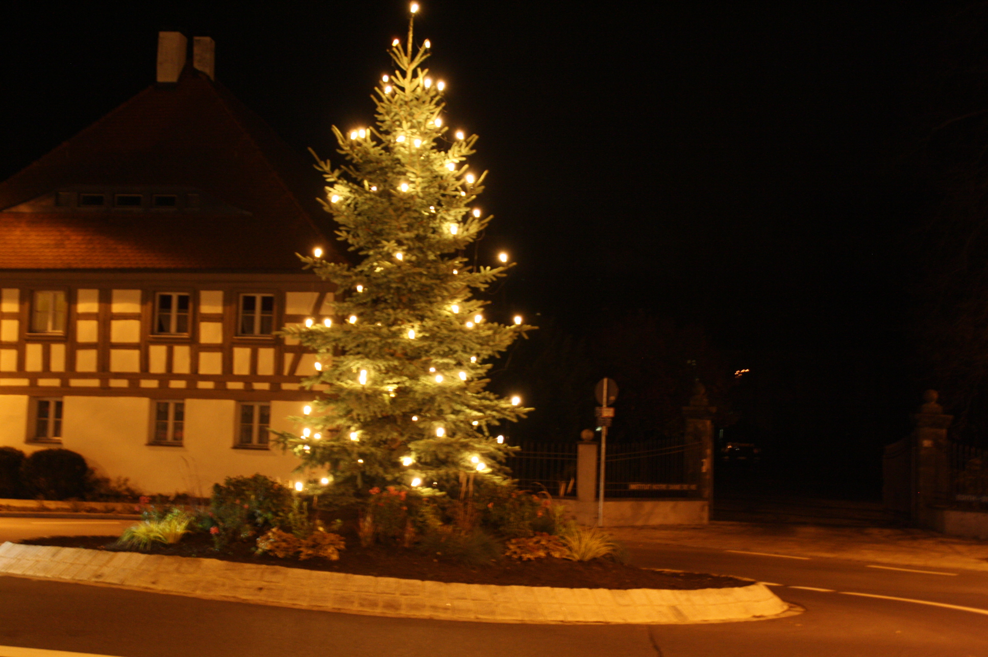 Der Weihnachtsbaum leuchtet im Kreisverkehr in Weisendorf.