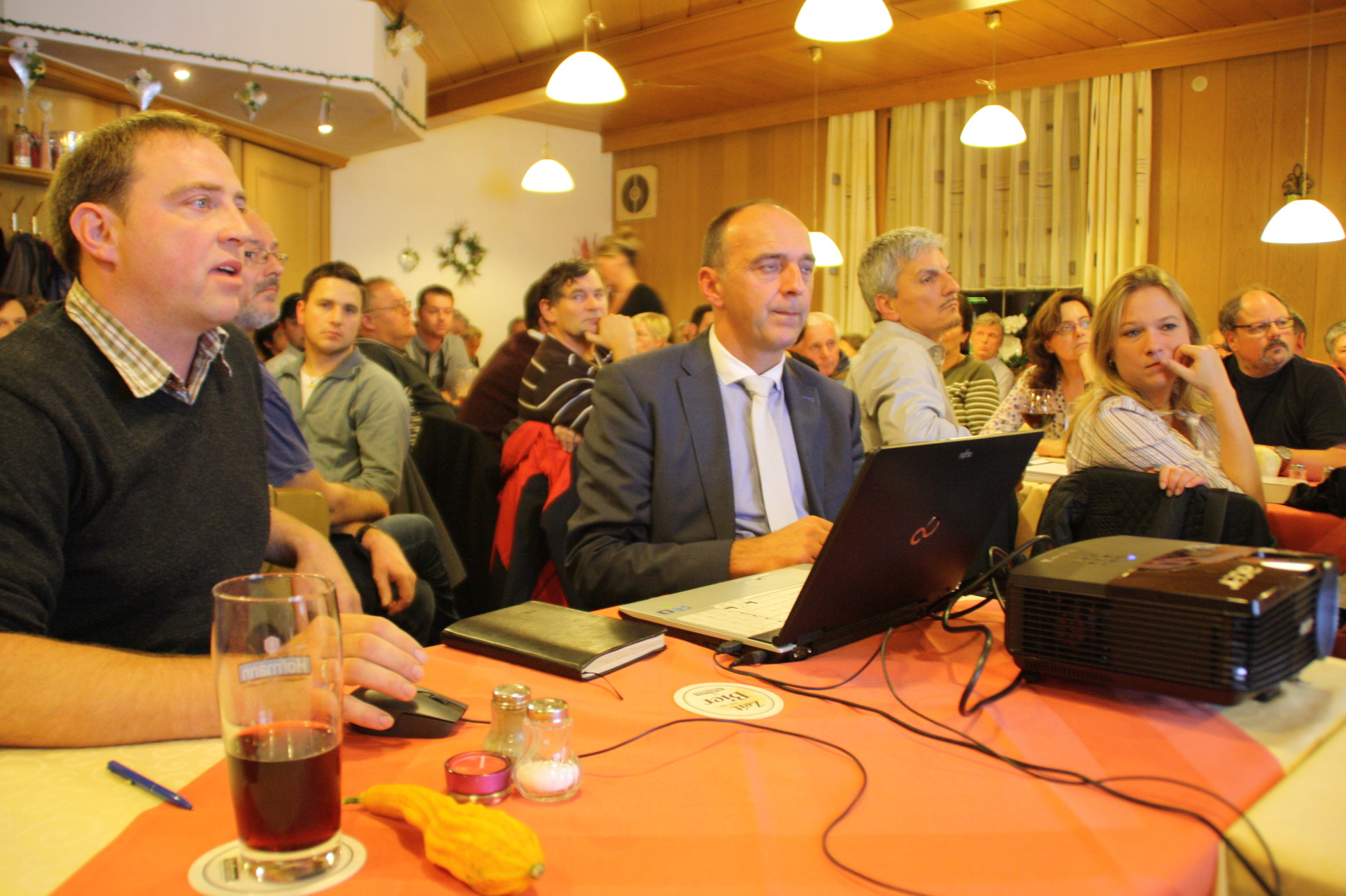 daneben Wolfgang Leideck und Susanne Hausmann, beide Sprecher der Bürgerinitiative.