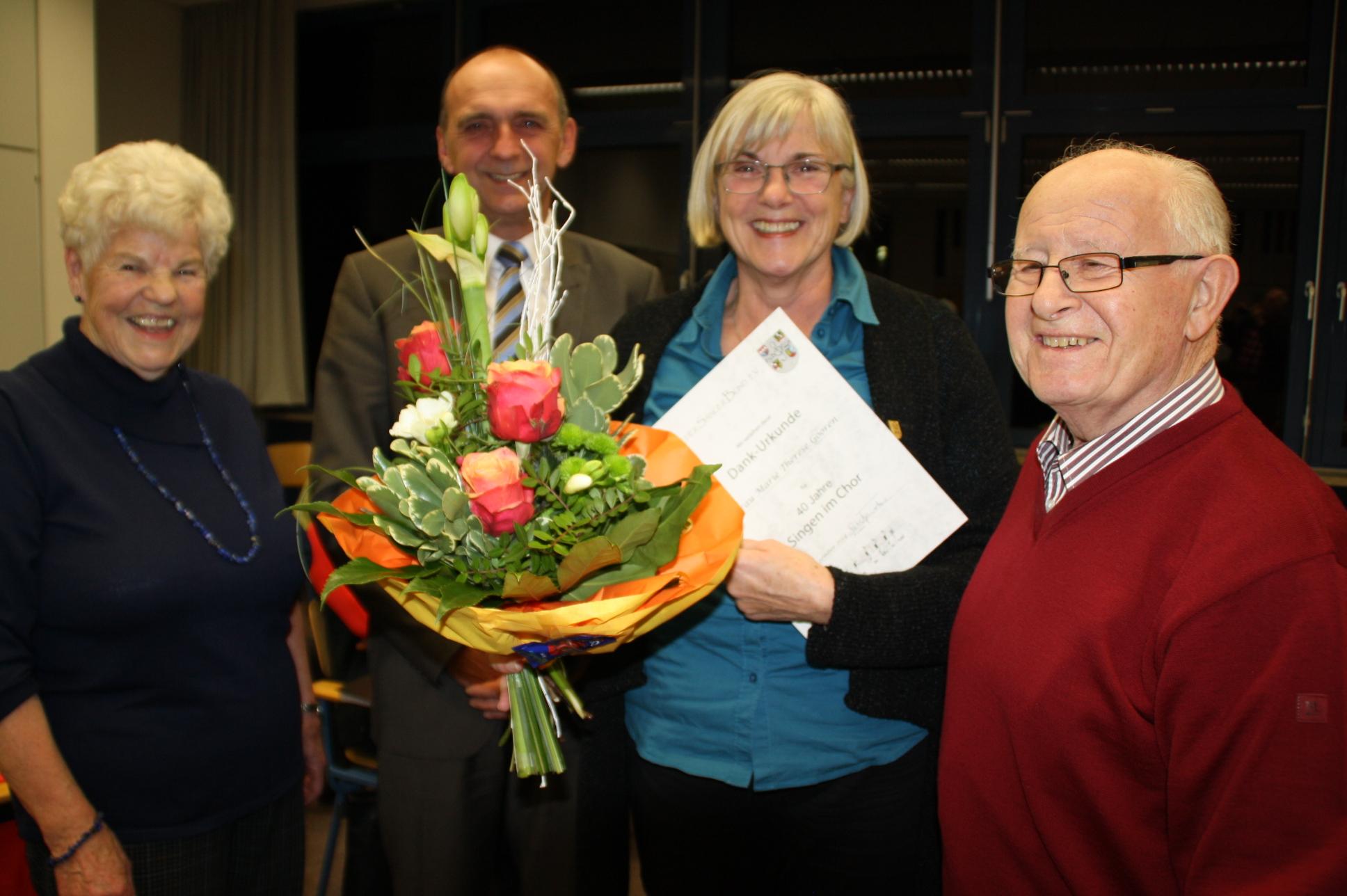 Marie Theres Gooren wurde geehrt mit Ehrennadel und Dankurkunde des Deutschen Sängerbunds für 40 Jahre aktives Singen im Liederkranz Weisendorf. Flankiert wurde sie von der Vorsitzenden Anna Lux, Bürgermeister Heinrich Süß und dem 2. Vorsitzenden Werner Dillinger (von links).