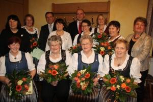 Die Geehrten des Landfrauenchors: Lina Papp (vorne, Zweite von links) und Heidi Ebersberger (vorne, Zweite von rechts).