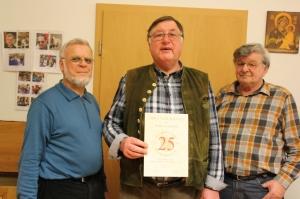 Ehrung für 25 Jahre Mitgliedschaft: Peter Hofmann, flankiert von Günter Rath und Franz Petter (von links). Ebenfalls geehrt, allerdings nicht anwesend wurden Christa Schmitt und Heinrich Storchmeier.