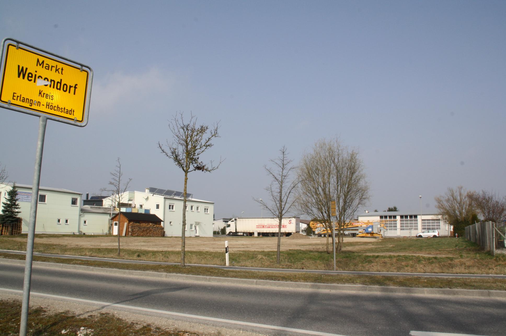 Das letzte unbebaute Grundstück im Gewerbegebiet Ost direkt an der Staatsstraße, allerdings nicht in kommunalem Besitz. Jehovas Zeugen wollten dort ein Kirchengebäude errichten.