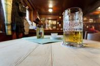 (3) Bierkrug mit Kneipenperspektive