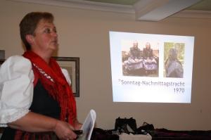 """Vorsitzende Karoline Schmidt referierte zum Ende der Versammlung über die Entwicklung der """"Tracht im Seebesgrund"""" (Seebachgrund)."""