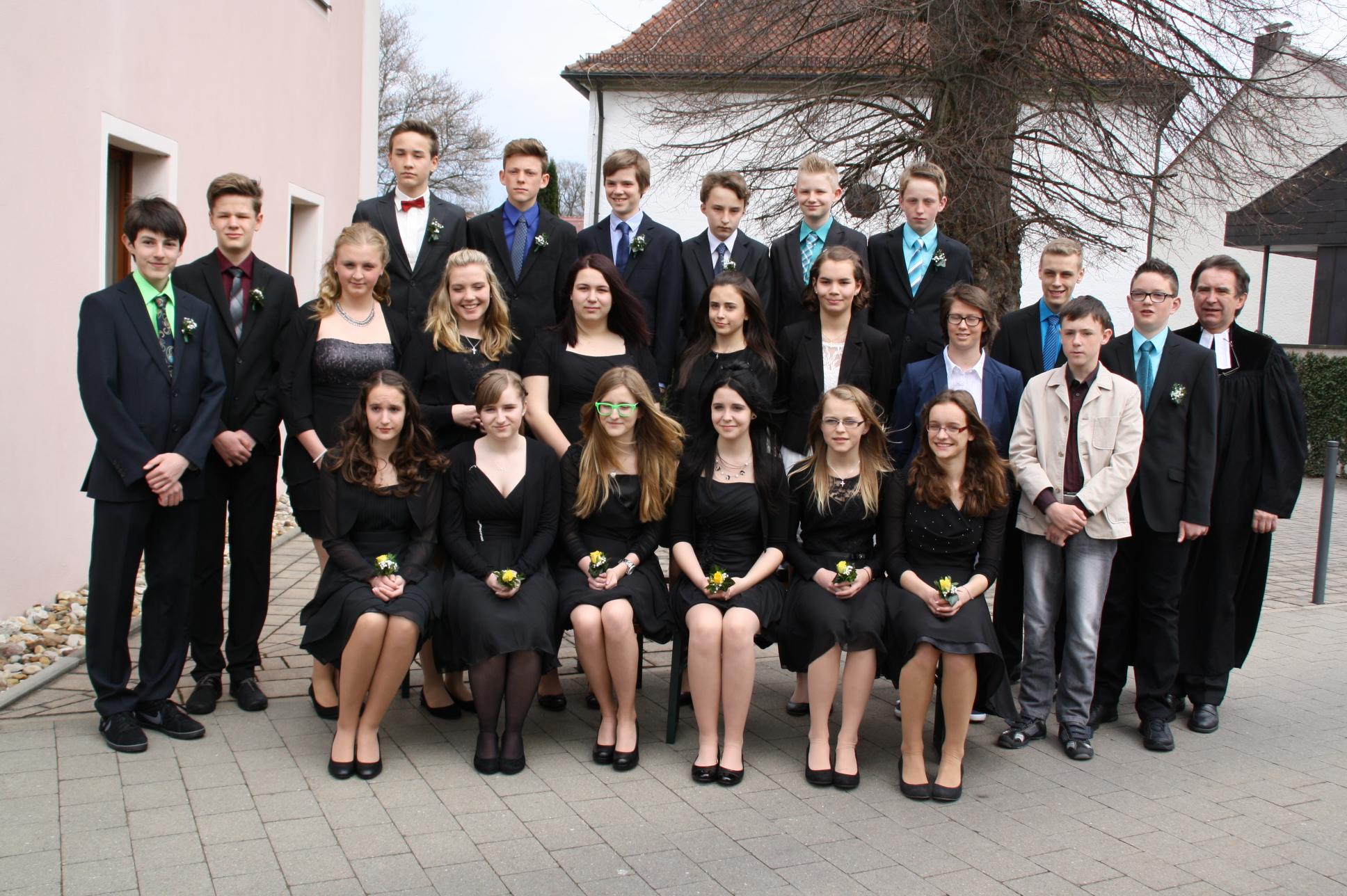 Die Konfirmanden und Konfirmandinnen der Kirchengemeinden Weisendorf und Rezelsdorf.