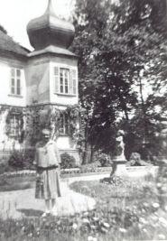 Katharina Denzler neben einer der vielen Putten, künftige Ehefrau von Bürgermeister Georg Butzbacher.