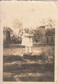 """Hier ist die Treppe zum Schlossgarten am Eingang von der Erlanger Straße zu sehen, wo die Kinder gern """"Hochzeit"""" spielten. Die kleine Johanna steht zwischen zwei Säulen, sicher früher mit Putten besetzt."""