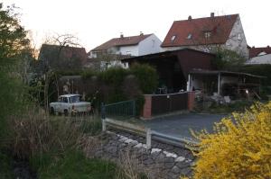 Wsdf: In der Wiesenstraße - eine schmale, tieferliegende Wohnstraße parallel zur Vorstadtstraße - soll am Wendehammer ein großes Mehrfamilienhaus  entstehen.