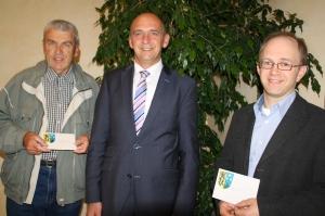 Bei der Übergabe der Spenden-Schecks (von rechts): Hartmut Hiller vom Posaunenchor Kairlindach, Bürgermeister Heinrich Süß, Dieter Schmerler vom Weisendorfer Posaunenchor.