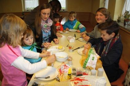 Beiprogramm beim Maibaumfest, die Kinder basteln lustige Kressekartoffeln.