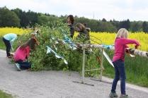 Die Mädchen kümmern sich um den Baumschmuck.