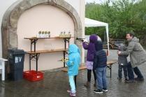 Auch die Kinder hatten trotz Regens ihren Spaß: bem Kinder-Armbrustschießen auf Zielscheiben.