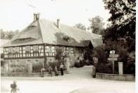 Diese Aufnahme aus der Zeit nach dem Zweiten Weltkrieg zeigt Bewohner des Altersheims für Flüchtlinge vor dem zum Schloss gehörenden Ökonomie-Gebäude.