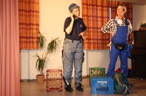 Die Kultfiguren Trampel und Schnössl, neu unterstützt von Katharina (10), die ihr Debüt als Servierfräulein auf der Bühne  gab. Leider mit dem Rücken zum Publikum.