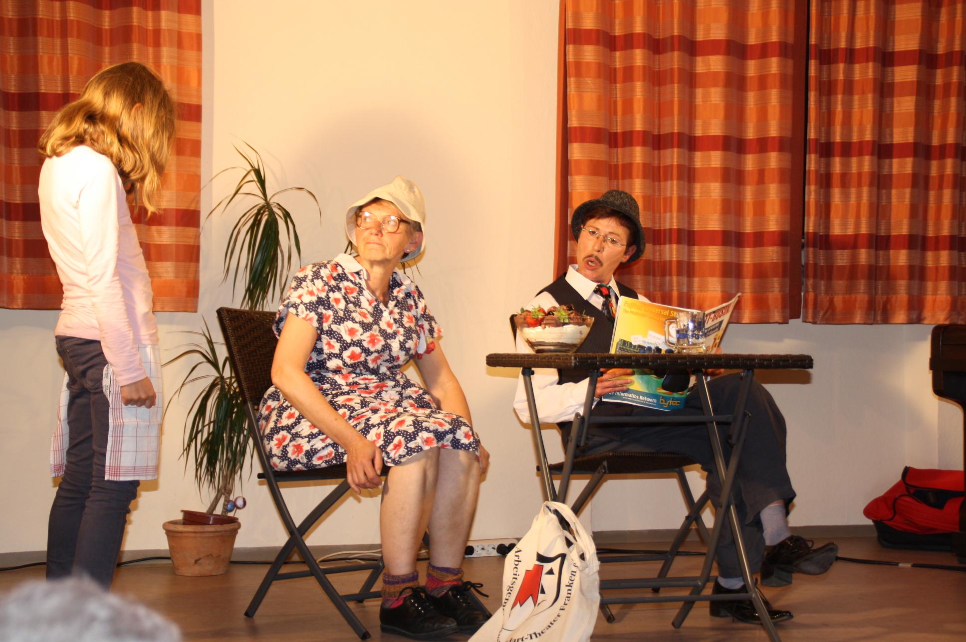 Gerch (Elisabeth Orth) und Schorsch (Regina Baumgärtner) philosophieren nach getaner Arbeit über ihre Ehefrauen und männliche Probleme.