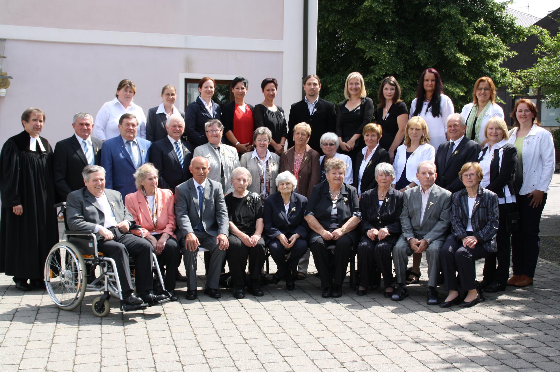 Die Jubilare haben sich 40 Jahre später zum Gruppenfoto aufgestellt.
