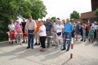 Karl-Heinz Hertlein und Organisatorin Karoline Schmidt gaben an der Mehrzweckhalle den Start der Wanderer frei.