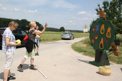 Spielstation des OGV: Selbst die Großen taten sich beim Ballwurf schwer.