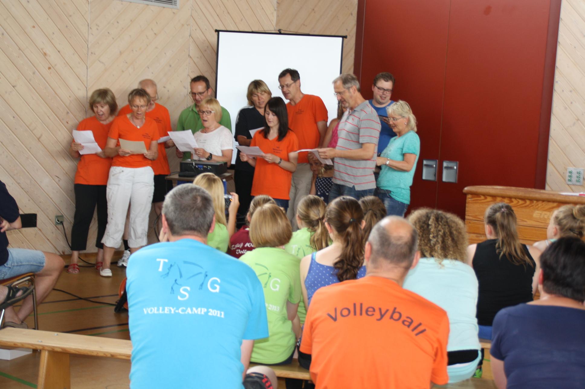 Zur Überraschung gab es ein besonderes Geburtstagsständchen, das tolle 40 Jahre Volleyball in Reimen wiedergab.