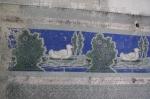 Ein Ausschnitt aus dem rundum laufenden Enten-Fries im ehemaligen Tanzsaal.