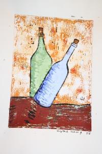 Zwei Flaschen auf holprigem Untergrund. Die eine in einer Schräglage, die sie umfallen lassen müsste. So wird aus  Gleichgewicht Spannung.