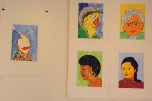 Porträts über 15 Jahre: Sie sind von links oben nach rechts unten zeitlich angeordnet. In der oberen Reihe ein von Comics abgeleitetes Portrait, rechts das einer alten Dame. In der unteren Reihe sind zunehmend detailliertere Gesichtszüge erkennbar.