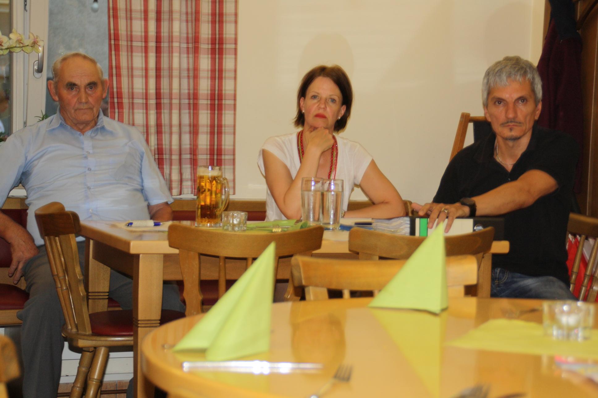 """Treffen der BI Rezelsdorf gegen Windräder an der Landkreisgrenze im """"Goldnen Engel"""" Weisendorf: Am Vorstandstisch sitzen (von rechts) BI-Sprecher Wolfgang Leideck, seine Frau, ein Arnshöchstädter Bürger."""