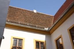 Rechts die neuen Dachziegel, in der Mitte die 200-jährigen, darunter die Bleiglasfenster aus dem 17. Jahrhundert, denen neuerdings Winterfenster vorgebaut sind, links ein kleiner Ausschnitt der geweißten Quadersteine von 1449.