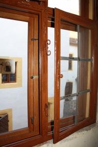 Die hölzernen Bleiglasfenster mit Eisenriegel aus dem 17. Jahrhundert mussten aus Denkmalschutzgründen erhalten bleiben. Ihnen zum Wärmeschutz vorgesetzt wurden jetzt neue unauffällige Winterfenster aus Holz. In den 1970/80ern fehlten sie noch im Gang mit Sicht auf den Innenhof, wenn es zum Badezimmer ging.