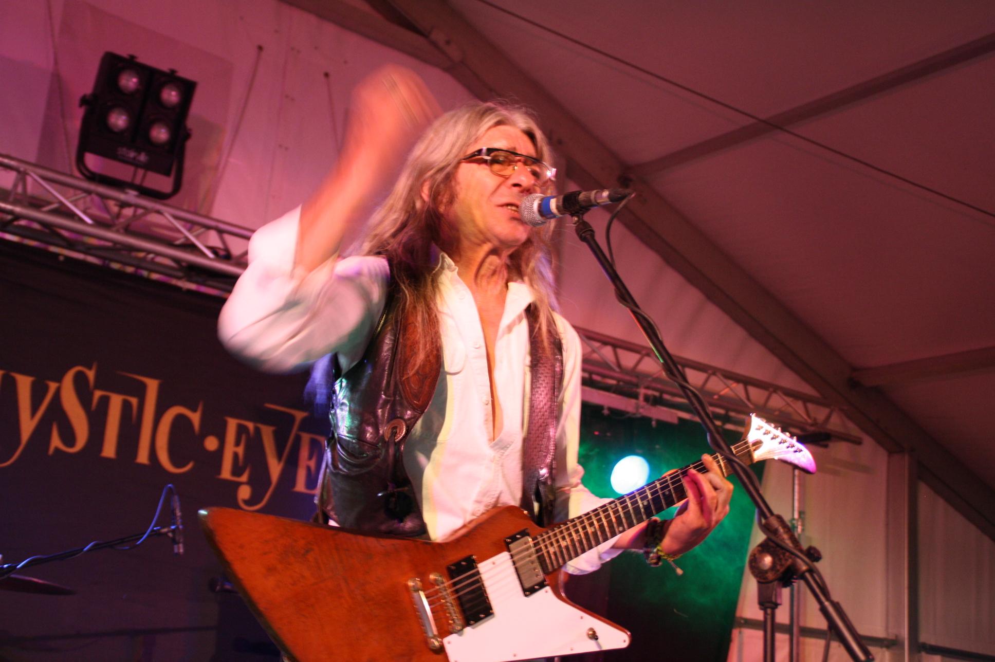 """Beim Rockabend zum Neuenbürger 850-jährigen Jubiläum trat Heinz Götz solo als """"Messenger"""" und zusammen mit der Band """"The Mystic Eyes"""" auf."""