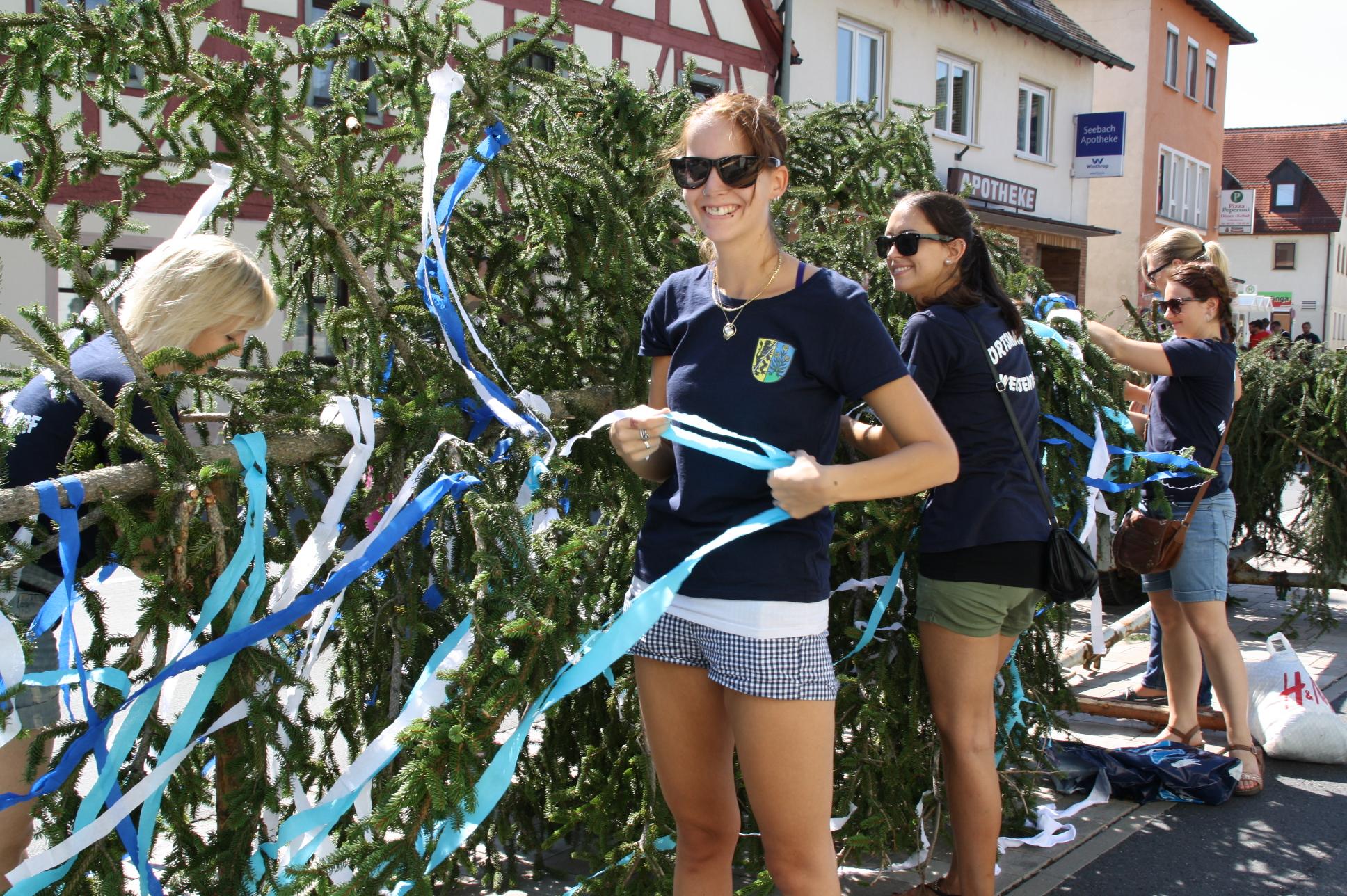 Die Krone des Baums auf dem Marktplatz zu schmücken ist Aufgabe der Ortsmadla.