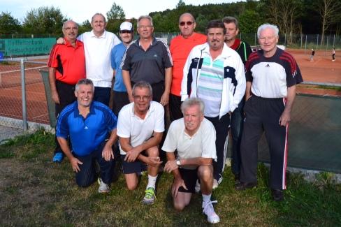 Die Herren 55 sind in die Bezirksliga aufgestiegen. In der Mitte hinten Vorstand Andreas Klenke mit Sonnenbrille.