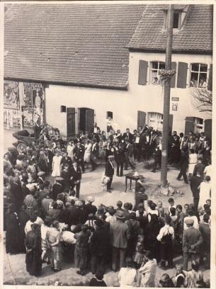 Eine Aufnahme der Kirchweih in Weisendorf von 1929: Betzn raustanzen auf dem Marktplatz vor dem Gasthaus Lunz, ohne Tracht, aber einem echten Betz! Die Burschen im Anzug, die Madla im hellen Kleid. Repro Jungfer, aus Weisendorfer Chronik, 1988