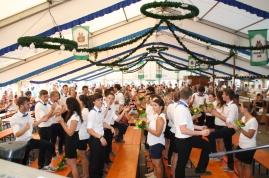 Drinnen im Zelt feiern die Ortsburschen und Madla.