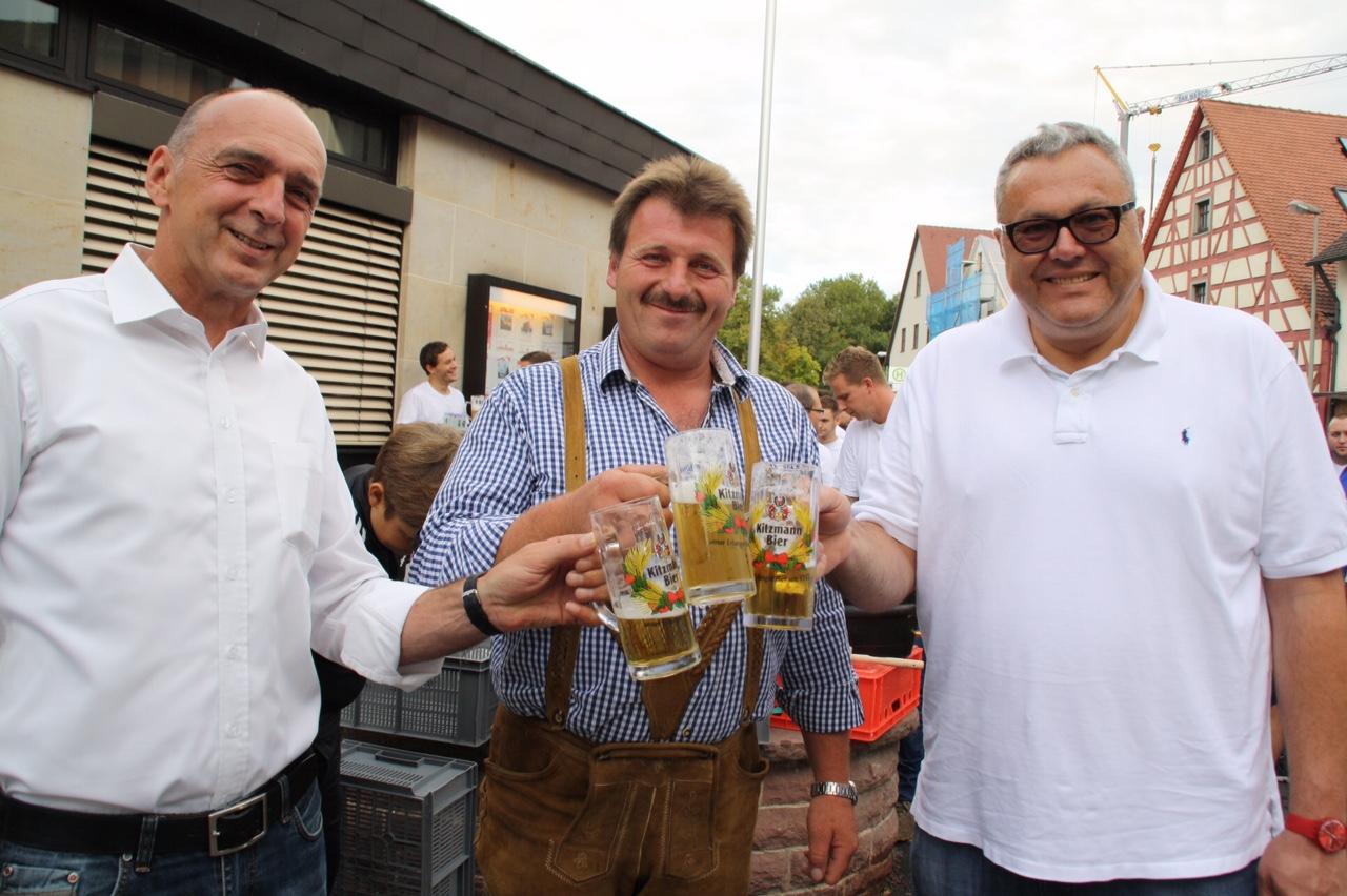 Das erste Prosit: Erster Bürgermeister Heinrich Süß, Festwirt Reinhard Gschrey, Brauer Peter Kitzmann (von links nach rechts).