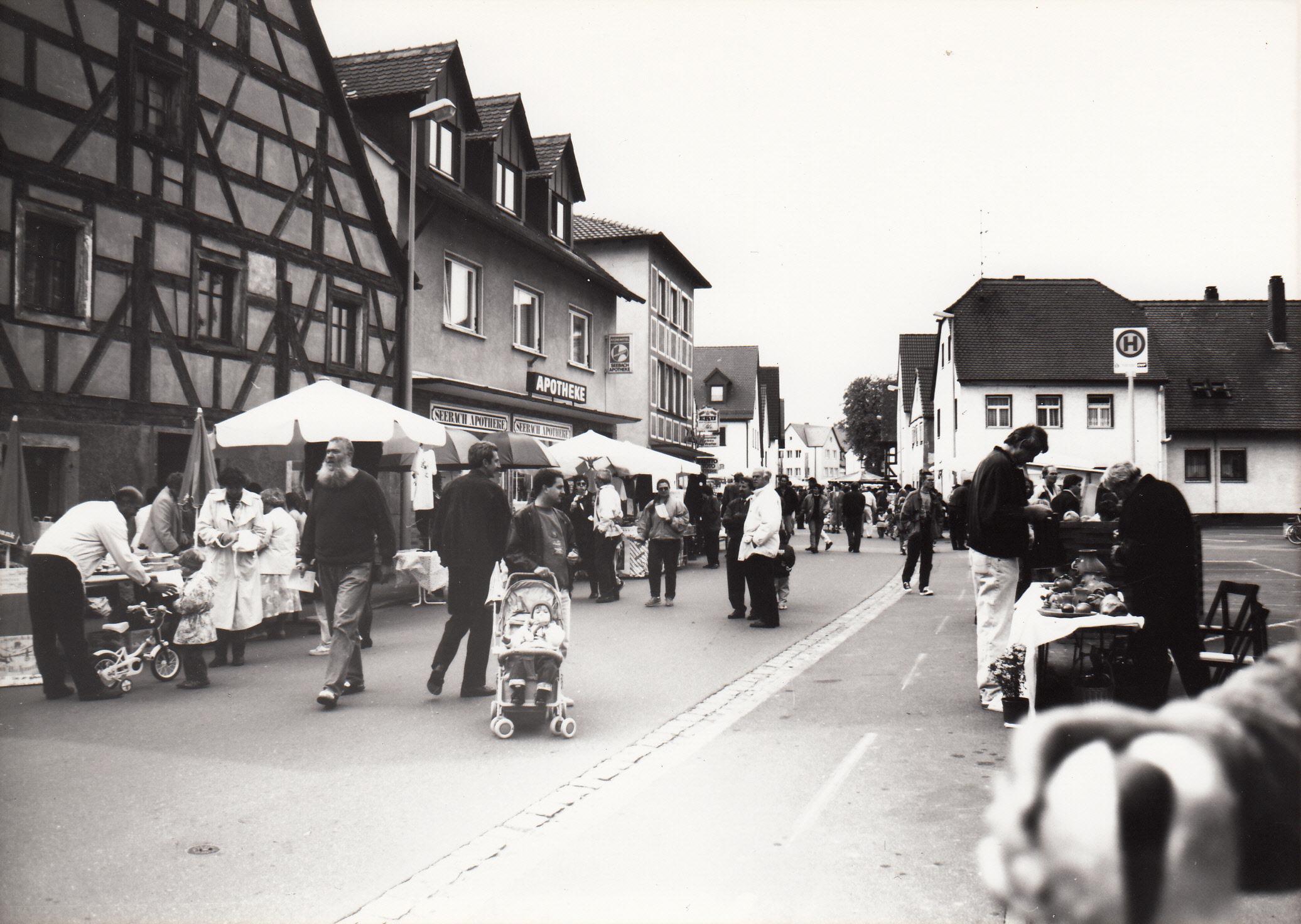Ein Blick zurück nach 1991: in Weiendorf herrscht reges Markttreiben. Foto: Ansgar Nadrau