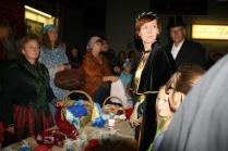 Wer stört denn da den Markt, fragen sich Freiherr von Lauter und Gemahlin, neben ihnen die Marktfrauen.